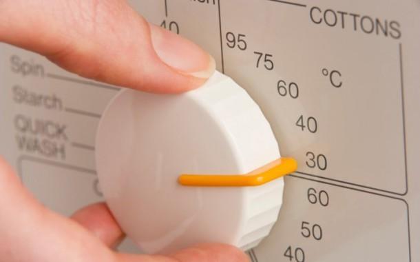 كيفية اختيار درجة الحرارة المناسبة لمياه الغسيل لكل نوع من أنواع الألبسة